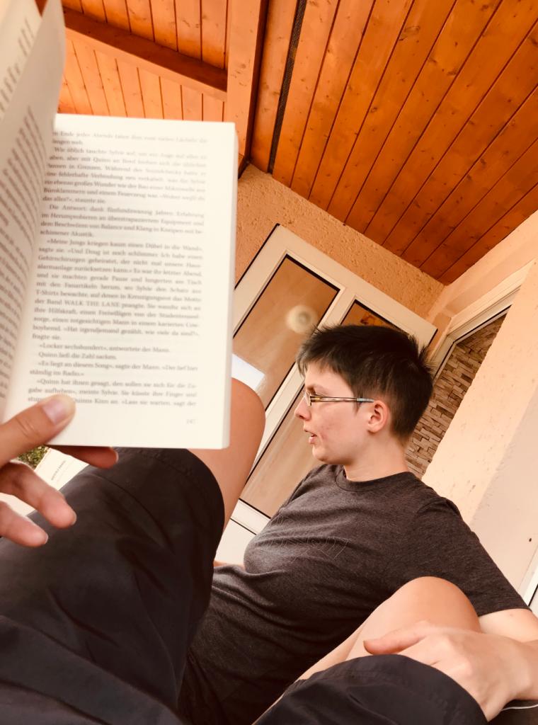 Urlaub und Lesen auf der Terrasse