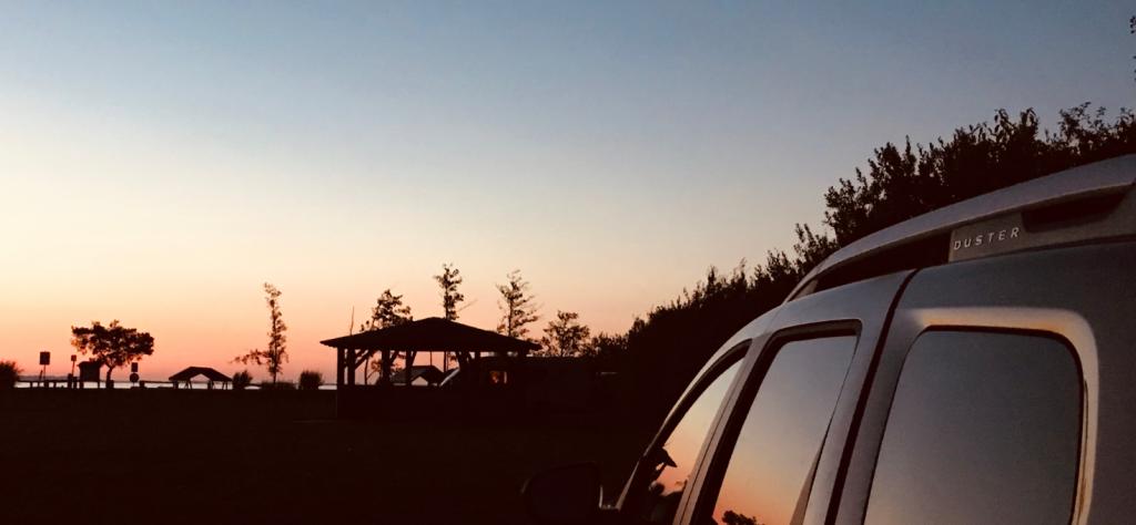 Zühlendorf - Sonnenuntergang spiegelt sich im Dacia Duster