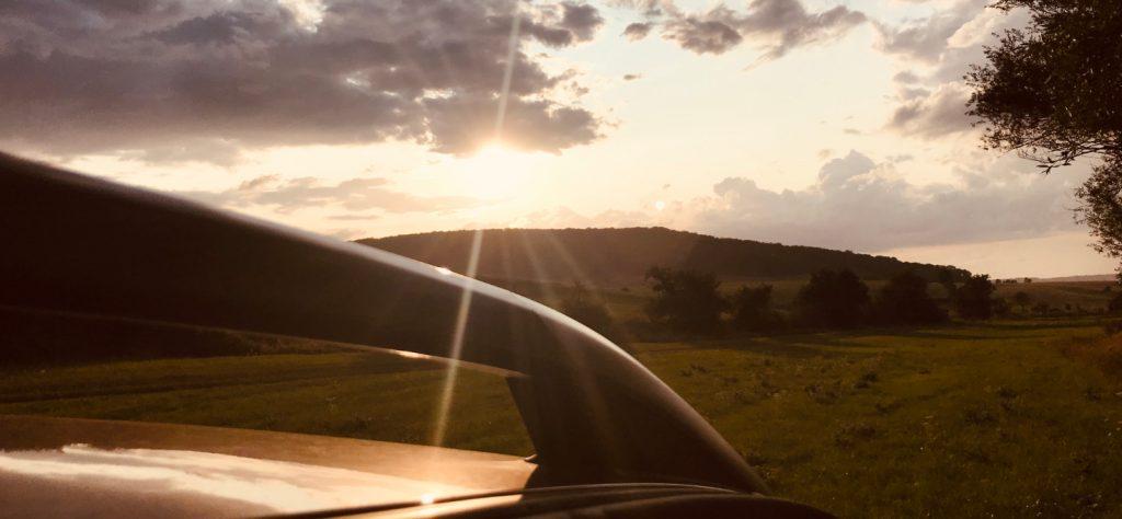 Dacia Duster im Sonnenuntergang
